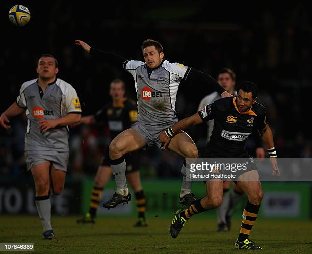 Riki Flutey of Wasps grapples with Jimmy Gopperth of Falcons as they go for a high ball during the AVIVA Premiership match between London Wasps and...