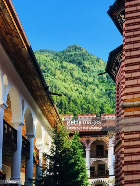 rila monastery in bulgaria - klooster stockfoto's en -beelden