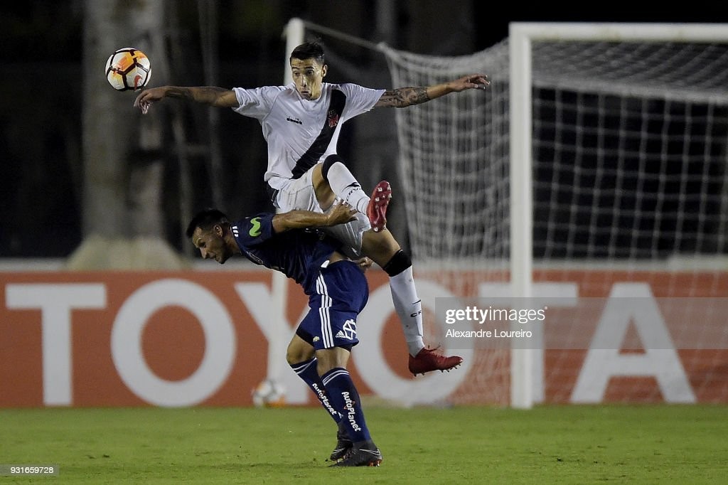 Rildo (C) of Vasco da Gama struggles for the ball with Christián Vilches of Universidad de Chile during a Group Stage match between Vasco and Universidad de Chile as part of Copa CONMEBOL Libertadores 2018 at Sao Januario Stadium on March 13, 2018 in Rio de Janeiro, Brazil.