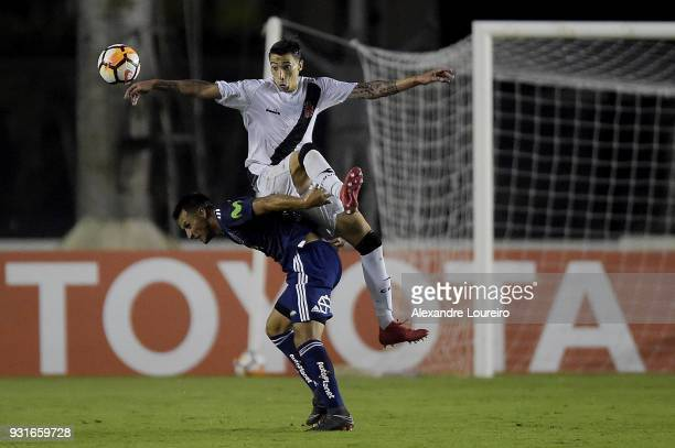 Rildo of Vasco da Gama struggles for the ball with Christián Vilches of Universidad de Chile during a Group Stage match between Vasco and...