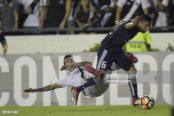 Rildo of Vasco da Gama struggles for the ball with Matías Rodriguez of Universidad de Chile during a Group Stage match between Vasco and Universidad...