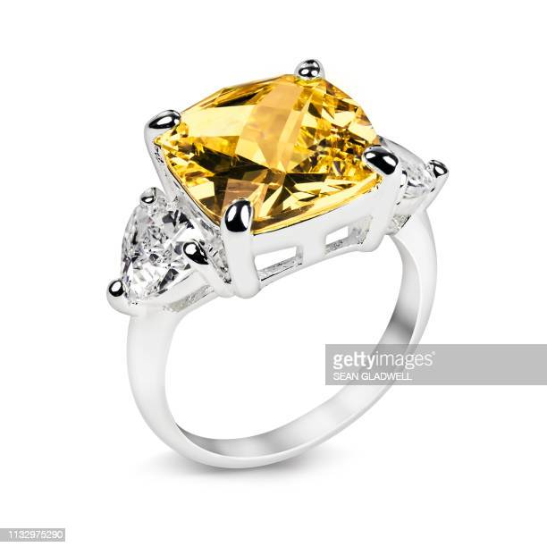 ring with yellow gemstone - anello gioiello foto e immagini stock