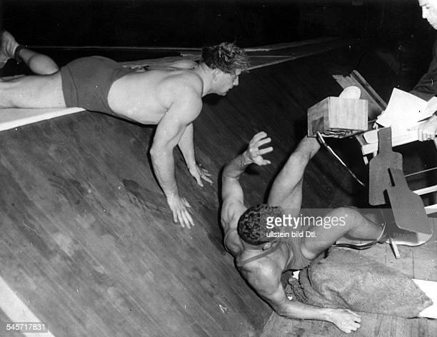 Ringen griechischrömischSuperschwergewicht Wilfried Dietrich befördertseinen Gegner Bertil Antonsson ausdem Ring Dietrich gewinnt dieSilbermedaille...
