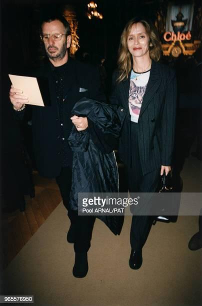 Ringo Starr et sa femme Barbara Bach arrivent pour assister au défilé Chloé Prêtà Porter PrintempsEté 98 le 15 octobre 1997 à Paris France