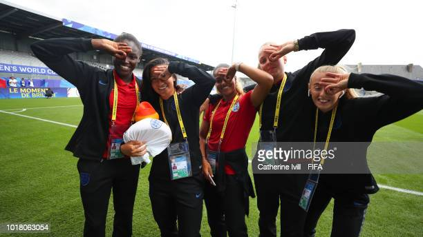 Rinsola Babajide Mayumi Pacheco Taylor Hinds Ellie Roebuck and Chloe Kelly of England try out the new Dele Alli celebration during the FIFA U20...