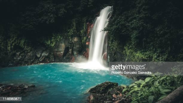 rio celeste waterfall - guanacaste foto e immagini stock
