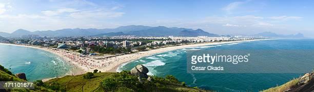 リオデジャネイロのビーチのパノラマビュー - バーラ地区 ストックフォトと画像