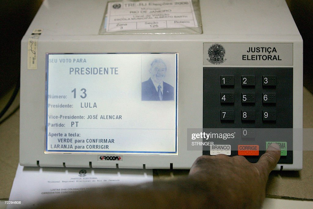 A man votes in an electronic machine dur : News Photo