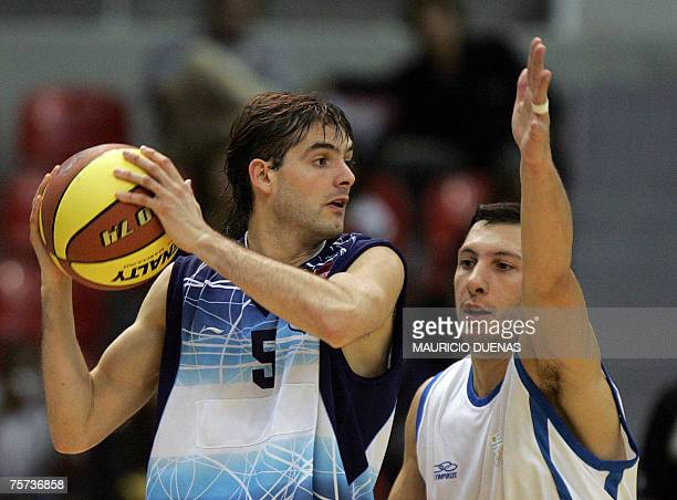 Argentina's Diego Garcia is marked by Uruguay's Nicolas Mazzarino during a XV Pan American Games basketball game 26 July 2007 in Rio de Janeiro...