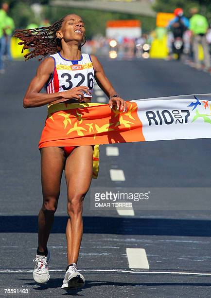 Rio de Janeiro, BRAZIL: Cuban Mariela Gonzalez crosses the finish line of the Marathon, 22 July 2007 at Parque do Flamengo in Rio de Janeiro, Brazil,...