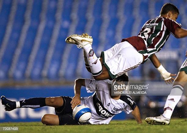 El jugador Marcelo Goux del equipo argentino Gimnasia y Esgrima LP disputa el balon con Thiago Silva del brasileno Fluminense durante un partido de...