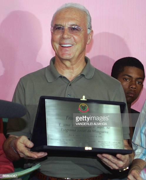 Rio de Janeiro, BRAZIL: Franz Beckenbauer, presidente del comite organizador del Mundial Fifa Alemania 2006, posa con una placa conmemorativa de su...