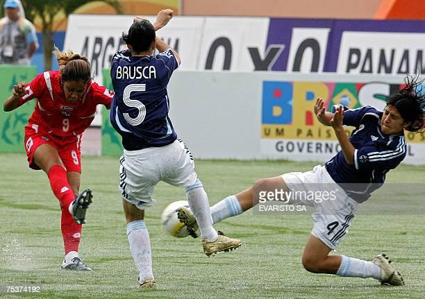 Rio de Janeiro, BRAZIL: Panama's Anarelis Mera fight for the ball with Argentina's Carmen Brusca and Gabriela Chavez during their Rio 2007...