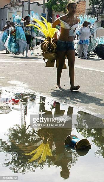 Una mujer carnavalera camina con su disfraz por una calle de Rio de Janeiro el 01 de marzo de 2006 luego de la clausura del Carnaval de Rio que...