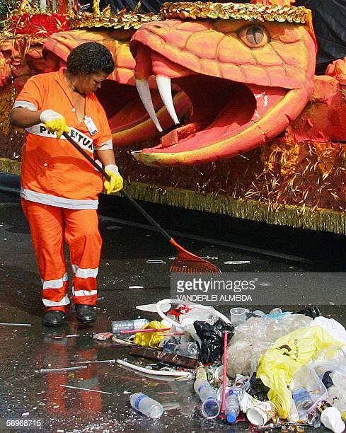 Una trabajadora de la municipalidad limpia calles de Rio de Janeiro el 01 de marzo de 2006 luego de la clausura el Carnaval de Rio que durante los...