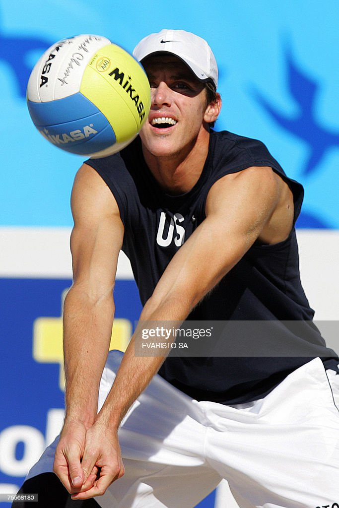 US player Hans Stolfus lifts the ball during a Beach Volleyball match against Uruguayan players Fabio Dalmas and Nicolas Zanotta in the Rio2007 Pan American Games, 20 July 2007 in Rio de Janeiro, Brazil. AFP PHOTO/Evaristo SA