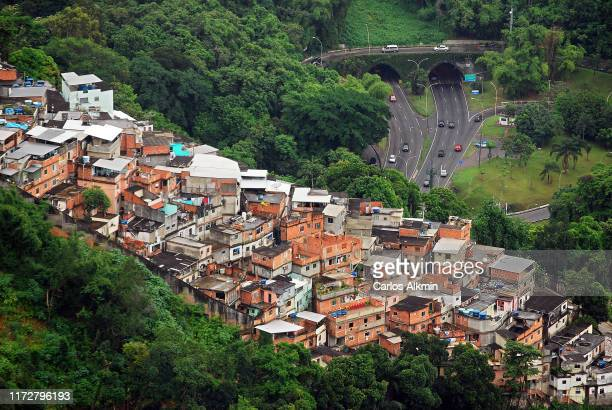 rio de janeiro -  favela guararapes from the above - carlos alkmin stock pictures, royalty-free photos & images