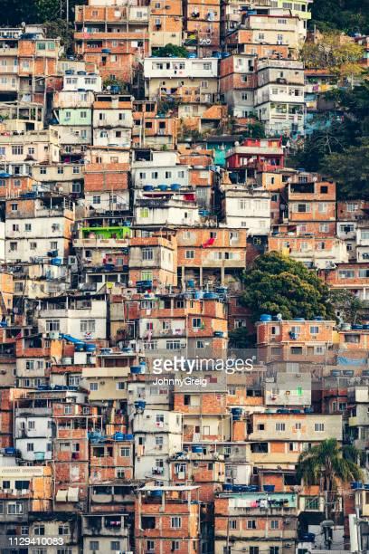 favela van rio de janeiro op de bergwand - brazilië stockfoto's en -beelden