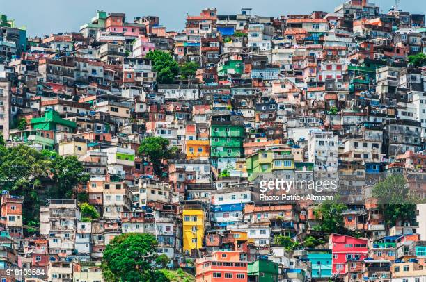 rio de janeiro's rocinha is the largest shanty town in south america - brazilië stockfoto's en -beelden