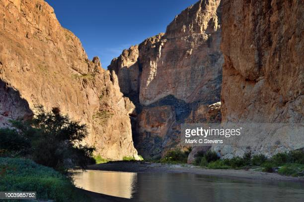 rio grande surrounded by the 1200 foot walls of the boquillas canyon - big bend national park stock pictures, royalty-free photos & images