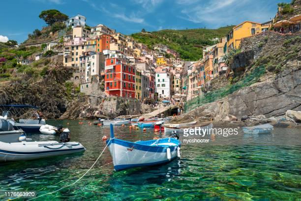 costa di riomaggiore, cinque terre, italia - paesaggio marino foto e immagini stock