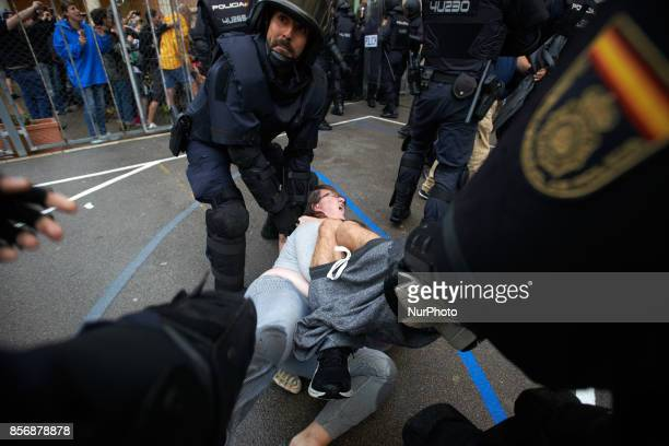 Riot police dislodge voters to closing down the Pau Claris polling station Spanish State Police and Guardia Civil intervened in the morning at the...