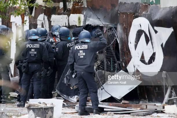 Riot police enter the location of the left alternative site trailer Camp Kopi on October 15, 2021 in Berlin, Germany. The so-called Wagenburg Köpi...