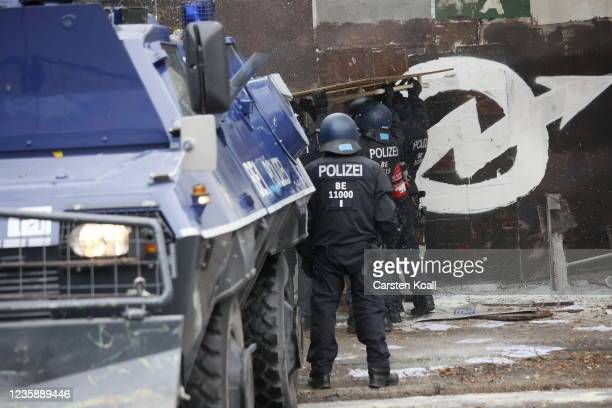 Riot police enter the territory of the left alternative site trailer Camp Kopi on October 15, 2021 in Berlin, Germany. The so-called Wagenburg Köpi...