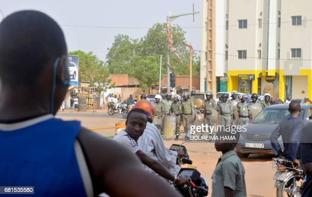 Riot police get ready to disperse demonstrators protesting against bad governance and electricity cuts on May 10 2017 in Niamey / AFP PHOTO /...