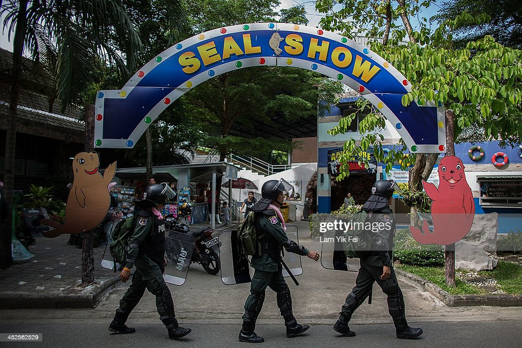 Riot police guard the zoo inside the government housing area on November 30, 2013 in Bangkok, Thailand. Anti-government protesters in Bangkok say they plan to occupy the government house and the zoo, demonstrators calling on the government to step down have marched on ministries and government bodies in an attempt to shut them down.