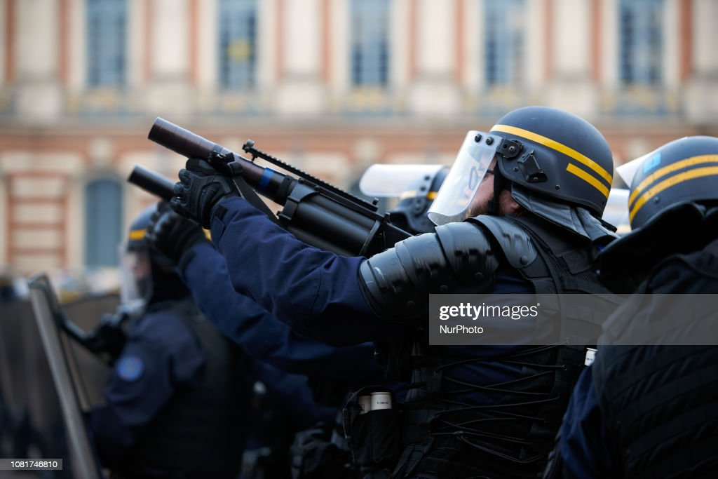 Act 9 Of Yellow Vests Movement Rurns To Riot In Toulouse : Foto di attualità