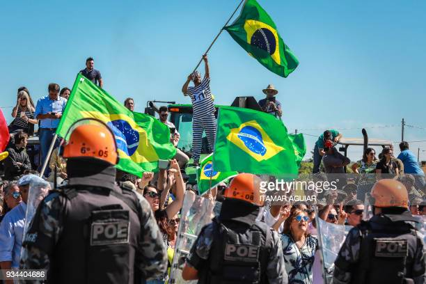 TOPSHOT Riot police stand guard between opponents of former Brazilian President Luiz Inacio Lula da Silva and a group of supporters in Bage south of...
