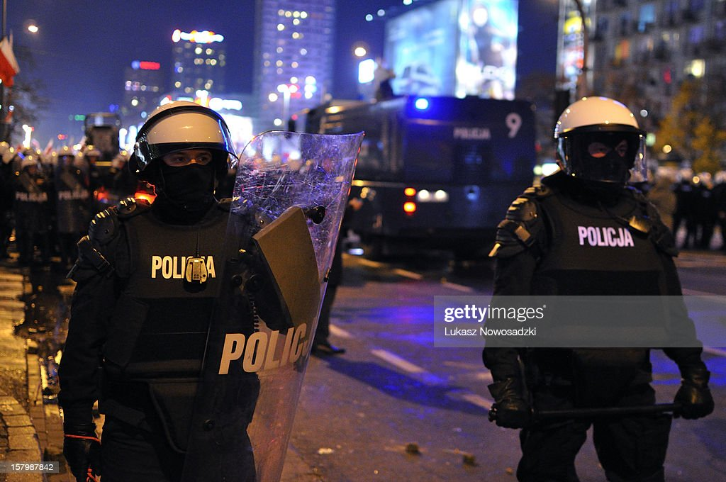 Two policemen in the street : News Photo