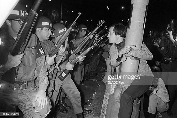 Riots In Chicago Chicago 28 30 Août 1968 Lors de la Convention des démocrates violentes emeutes contestatrices la nuit un jeune homme manifestant...