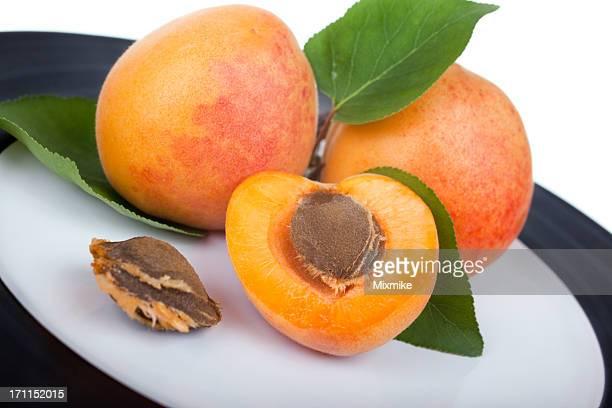 Reife Aprikosen auf einer Platte