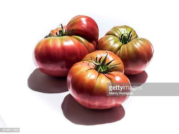 ripening heirloom tomatoes - tomate photos et images de collection