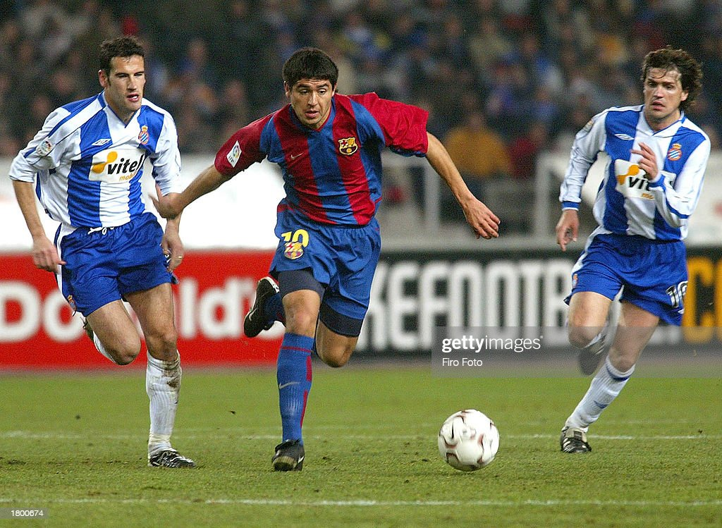 Riquelme of Barcelona runs between Alberto Lopo (L) and Roger : News Photo