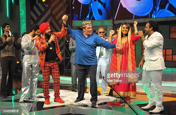 Rishi and Neetu Kapoor Daler Mehendi Vishal Dadlani and Shekhar Ravjiani on the sets of the reality show 'Sa Re Ga Ma Pa' in Mumbai on September 28...