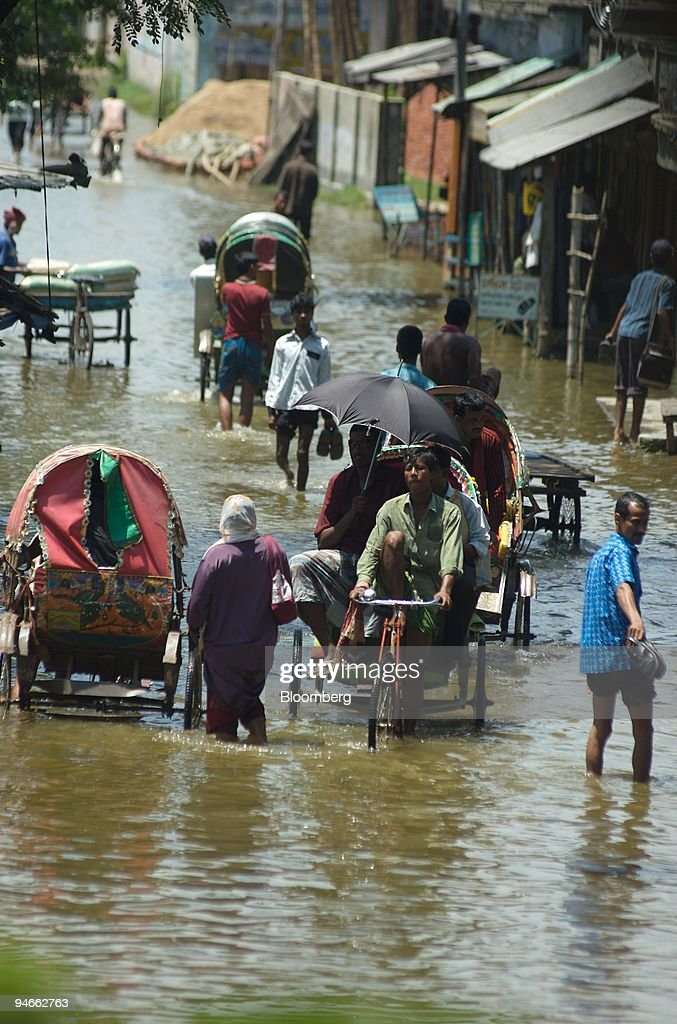 Rising waters flood a street in Demra on the outskirts of Dh : News Photo
