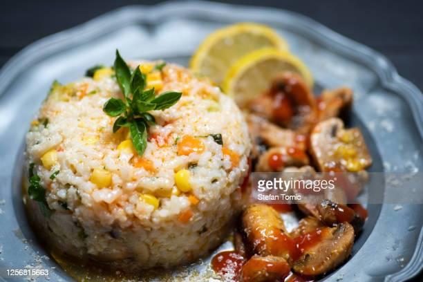 キノコと野菜を皿に盛り付けるリゾット - セルビア ストックフォトと画像