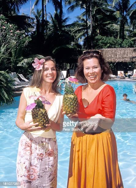 "Rita Russek, Regina Sattler, , neben den Dreharbeiten zur ZDF-Serie ""Insel der Träume"", Hawaii/USA/Amerika, , ""Coco-Palms""-Hotel, Palmen, Pool,..."