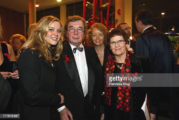 Rita Süssmuth und Hellmuth Karasek Mit Ehefrau Armgard Seegers und Tochter Laura Bei Aidsgala In Berlin