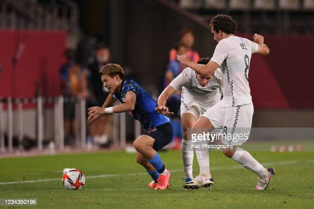 Ritsu Doan of Japan keeps the ball under the pressure from Jow Bell of New Zealand during the Men's Quarter Final match on day eight of the Tokyo...