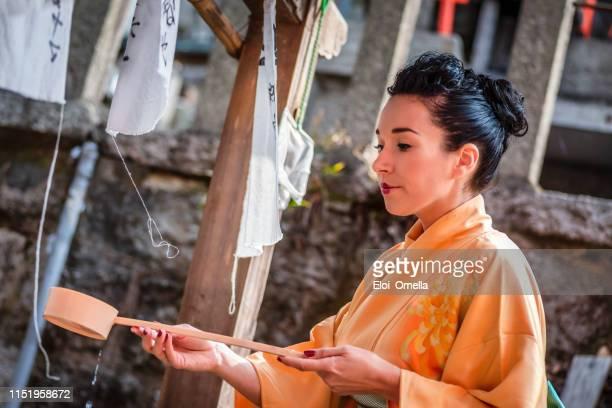 rituel de lavage des mains et de purification dans un temple japonais fushimi inari sanctuaire, kyoto, japon - saint eloi photos et images de collection