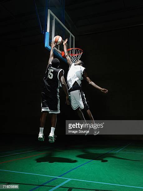 rival basketball players - デイフェンス ストックフォトと画像