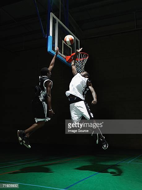 rival basketball players - ブロックする ストックフォトと画像