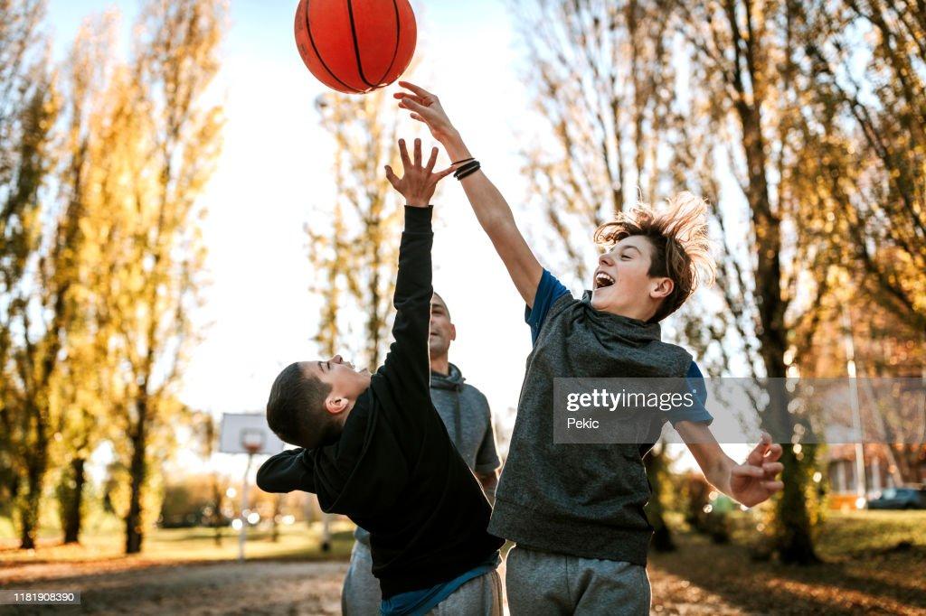 Rivalität zwischen Brüdern auf Basketball-Match : Stock-Foto