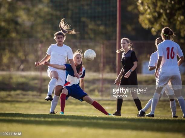 rivalität beim fußballspiel einer frau! - sportlicher zweikampf stock-fotos und bilder