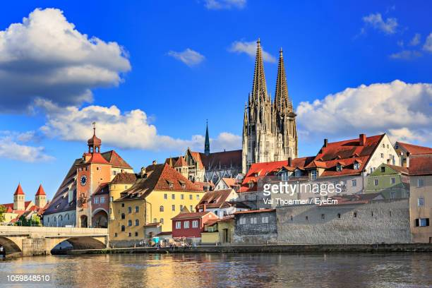 river against regensburg cathedral in city - レーゲンスブルク ストックフォトと画像