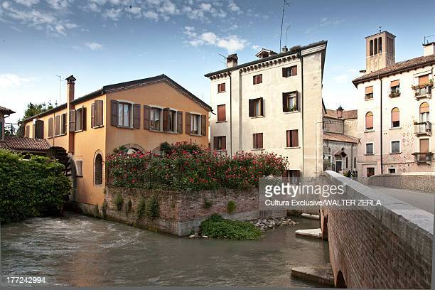 river and buildings in treviso, italy - トレヴィーゾ市 ストックフォトと画像
